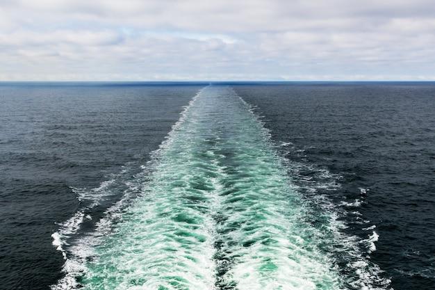 海のモーターボートの泡跡の美しいショット