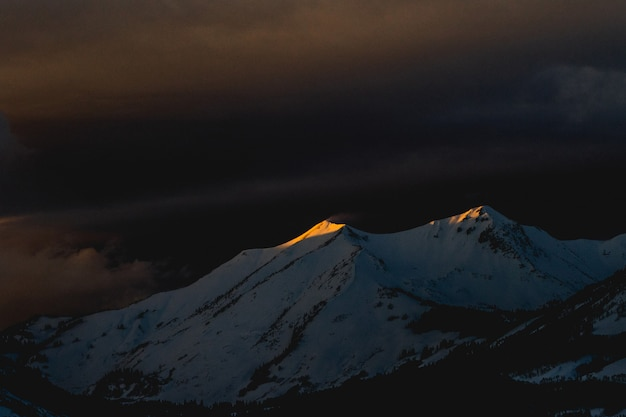 Красивый снимок горы, покрытой снегом в конце ночи