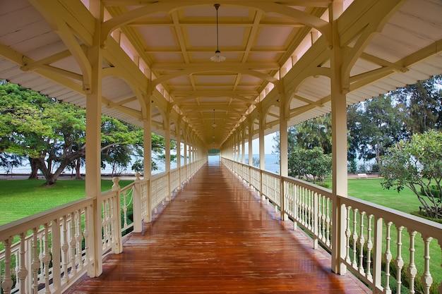Красивый снимок паркового пейзажа со старыми арками в хуахине, таиланд