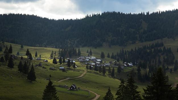 산에 마을을 향한 통로의 아름다운 샷