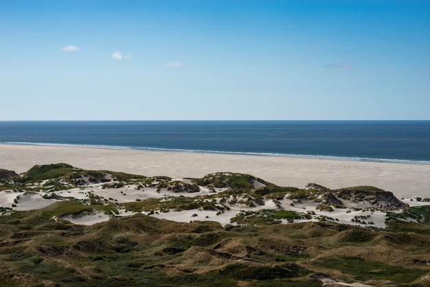 Красивая съемка мирного пустого пляжа в солнечный день с удивительным спокойным морем и чистыми облаками
