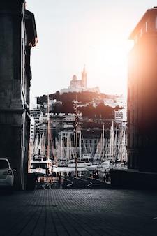 Красивый снимок порта с большим количеством пристыкованных лодок в воде в марселе, франция
