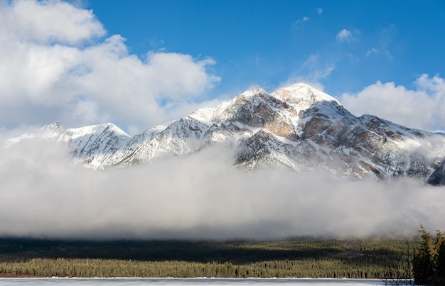 ジャスパー国立公園のピラミッドマウンテンの美しいショット。カナダ、アルバータ州