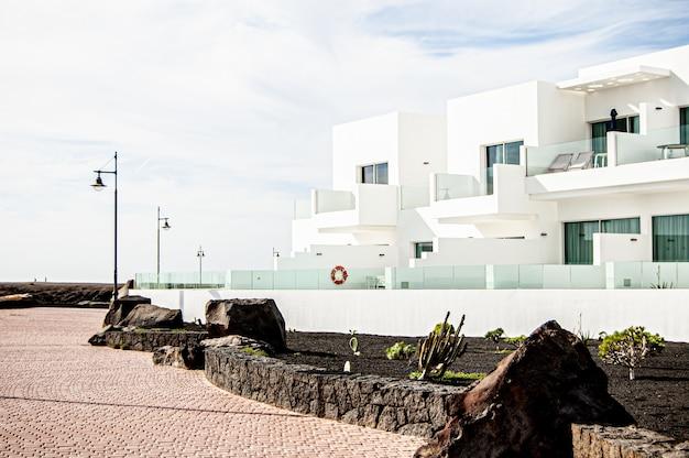 晴れた日にスペイン、ランサローテ島のリゾートの美しいショット