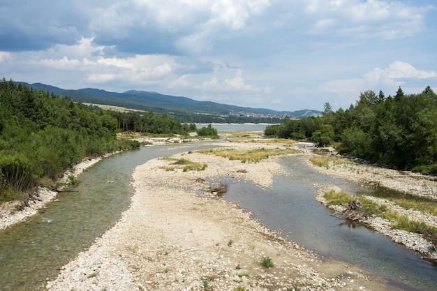 山のある川の美しいショット