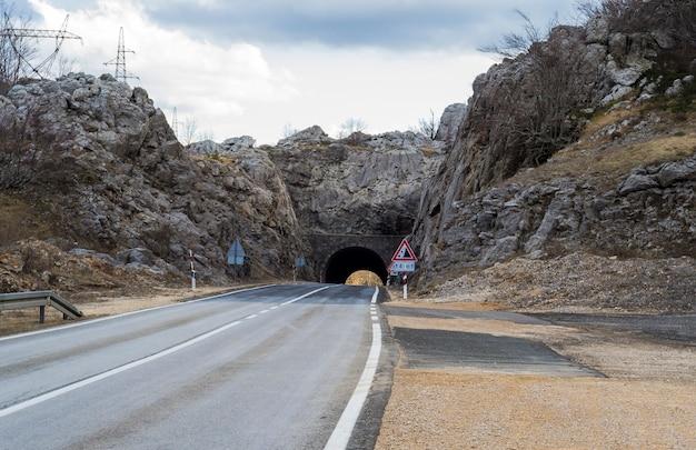 측면에 도로 표지판이있는 도로 터널의 아름다운 샷