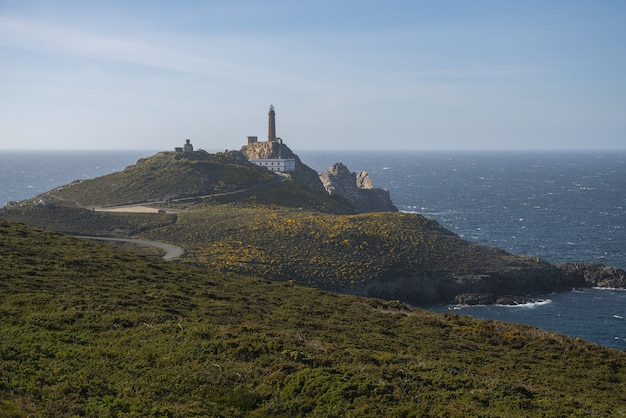 스페인 갈리시아 케이프 빌란의 바다 근처 바위로 둘러싸인 반도의 아름다운 사진