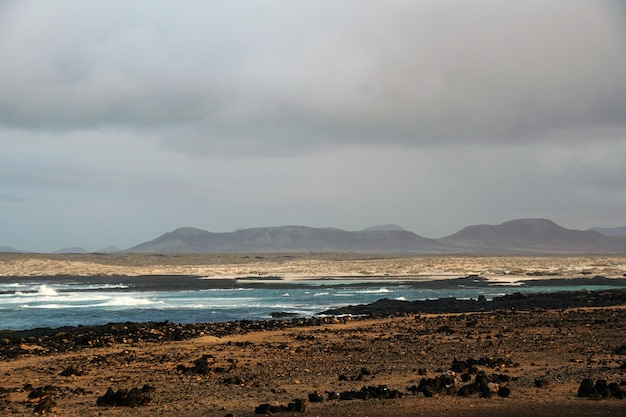 Красивый снимок каменистого пляжа в штормовую погоду на фуэртевентуре. испания