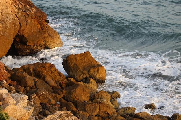 穏やかな日の岩だらけの海岸線の美しいショット