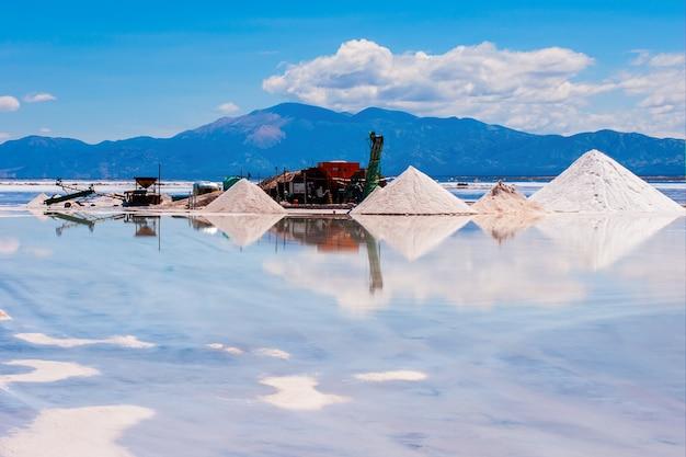 反射する水に囲まれた砂の採掘場の美しいショット