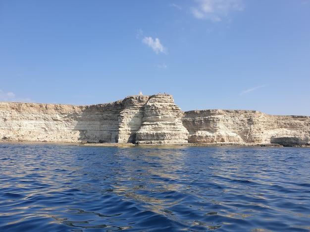 Красивый снимок моря со скалой
