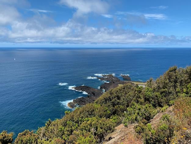 백그라운드에서 푸른 하늘과 바다의 아름다운 샷