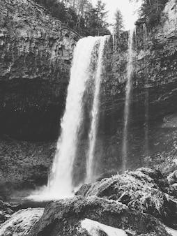 Красивая съемка высокого водопада в лесу