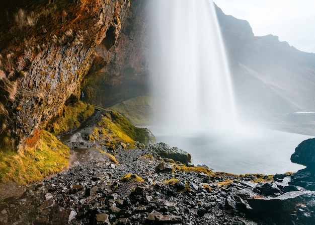 Красивая съемка водопада в скалистых горах