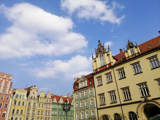 Красивый снимок белого здания на главной рыночной площади вроцлава, польша