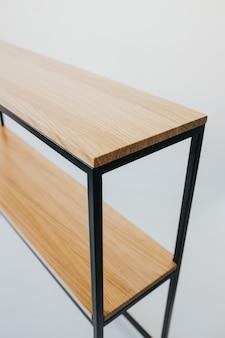 白い背景で隔離の木製のモダンな棚の美しいショット
