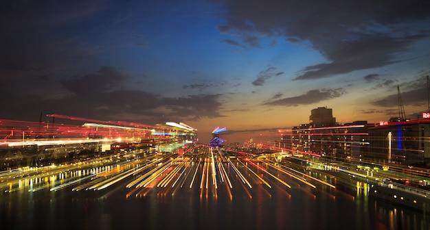 일몰 동안 놀라운 도시 경관의 아름다운 샷