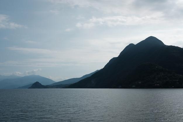 海に囲まれた島の美しいショット