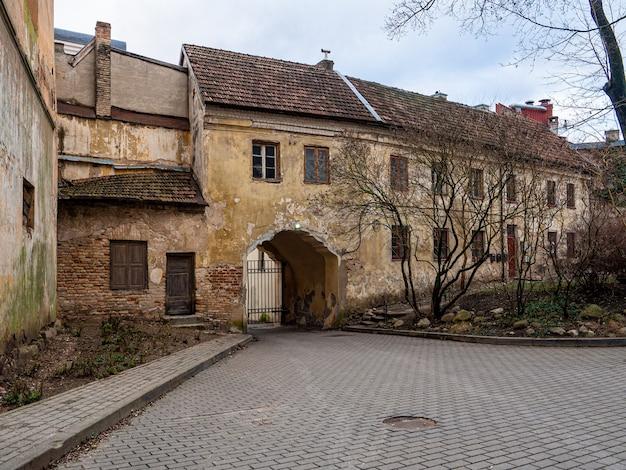 Красивый снимок старого здания с металлическими воротами осенью