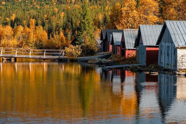 秋のボートハウスの美しいショット