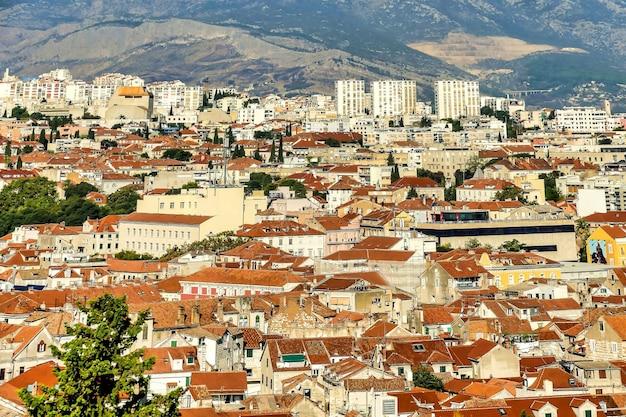 クロアチア、ヨーロッパの遠くに山がある建物の美しいショット