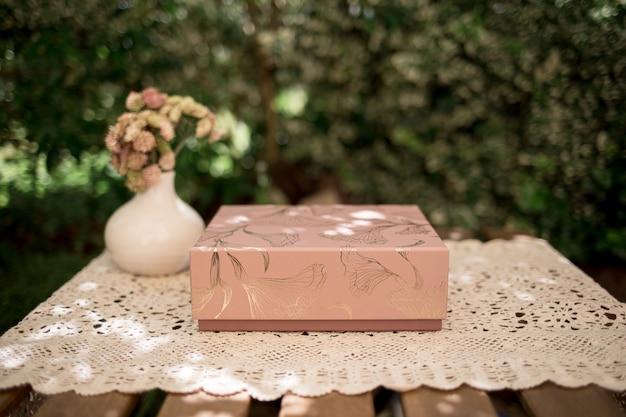 나무 테이블에 책에 대 한 골 판지 선물 상자의 아름 다운 샷
