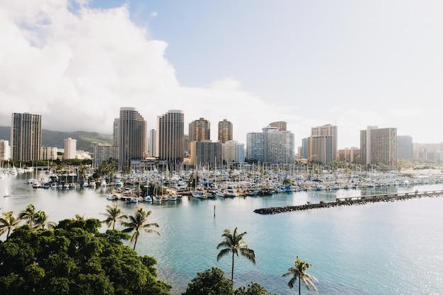 Красивый снимок городских зданий с множеством лодок в море