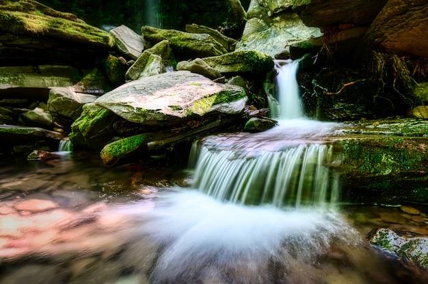 큰 바위와 흐르는 강의 아름 다운 샷