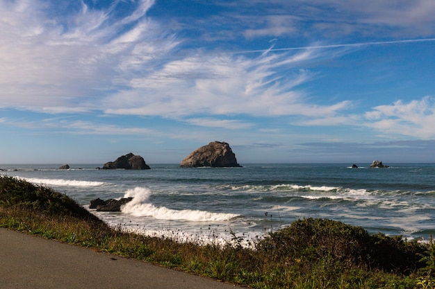 바위 해변을 치는 거품 파도의 아름다운 샷