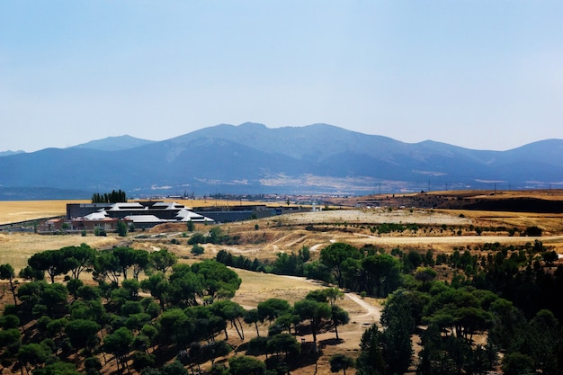 セゴビア、スペインの背景に山と緑と黄色の谷の美しいショット