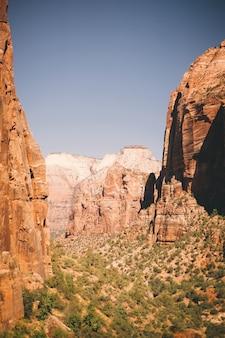 Красивый выстрел из высоких коричневых скал в каньоне