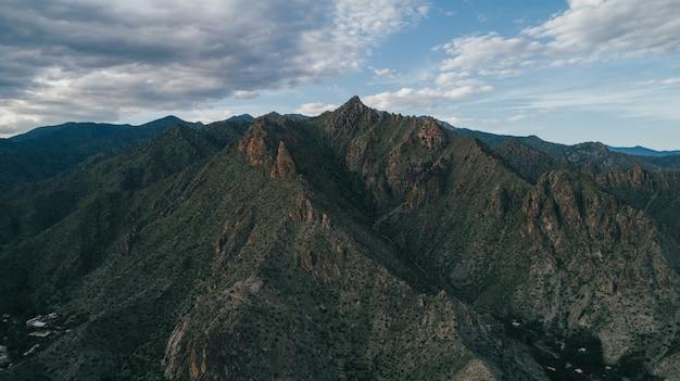 Красивый снимок высоких гор в армении с облачным небом