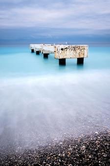 Красивый снимок пирса лидо ницца лазурный берег во франции