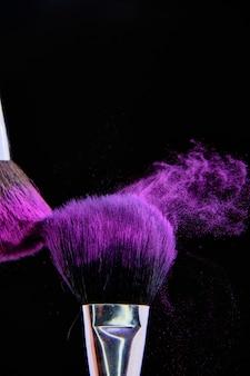 Красивый снимок кисти для макияжа, изолированные на черном