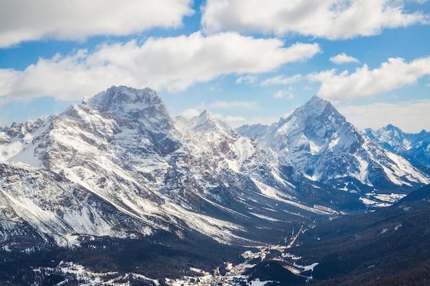 イタリア、ドロミテの強大な山脈の美しいショット