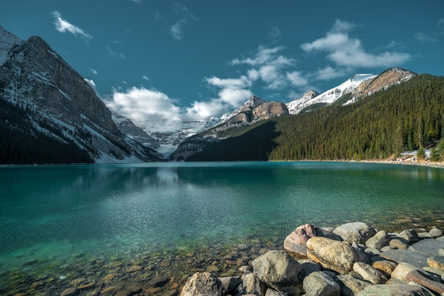 흐린 하늘 아래 차가운 호수에 반영하는 산의 아름다운 샷
