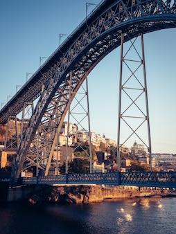 Красивый снимок знаменитого моста порту Premium Фотографии