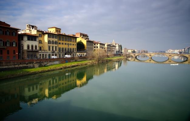 イタリア、フィレンツェ、ヴェッキオ橋の美しいショット