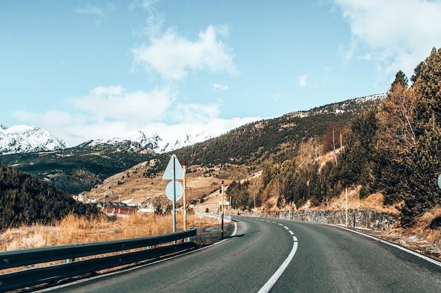 アンドラの山々と小さな村を通る道路の美しいショット