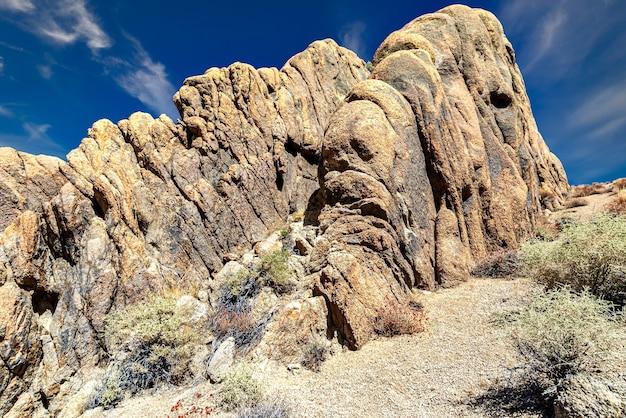 Красивый снимок скальных образований в алабама-хиллз, калифорния