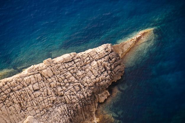 晴れた日に海の岩の崖の美しいショット