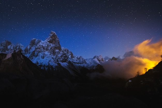 백그라운드에서 별이 빛나는 밤하늘과 록키 산맥의 아름다운 샷