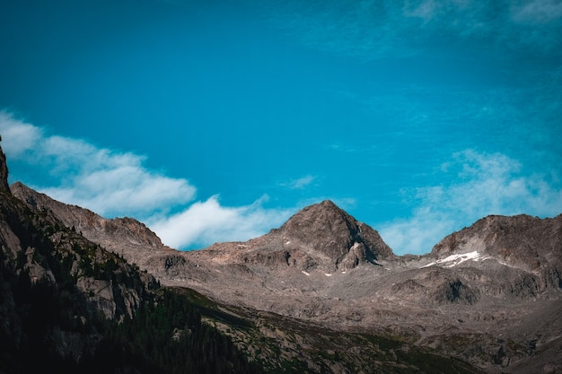 Красивый снимок скалистых гор с голубым небом