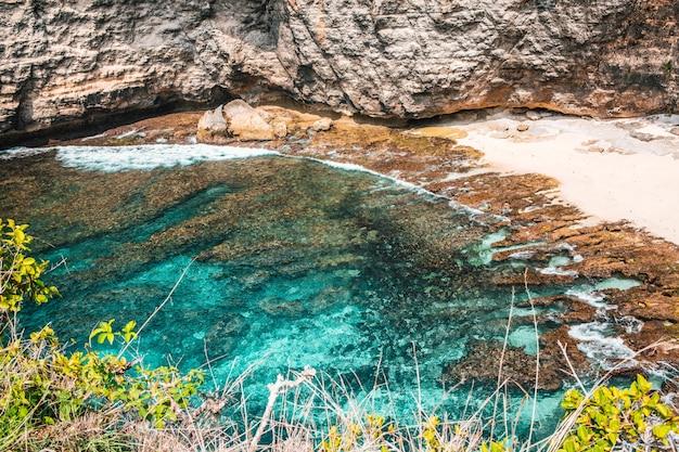 낮 동안 해변에서 바다 파도의 아름다운 샷