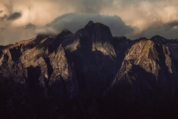 曇り空の下の鋭い崖の美しいショット