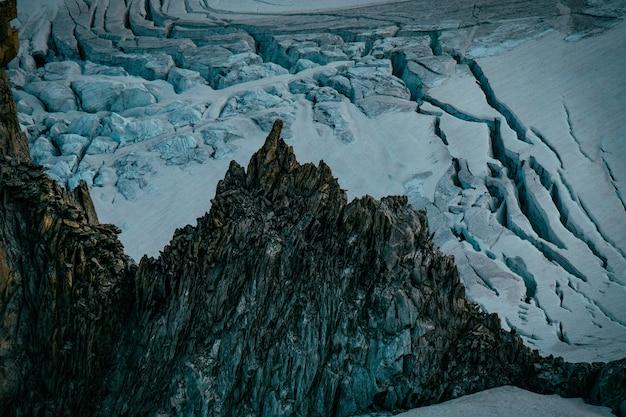 눈 덮인 바위 가파른 산과 언덕의 아름다운 샷