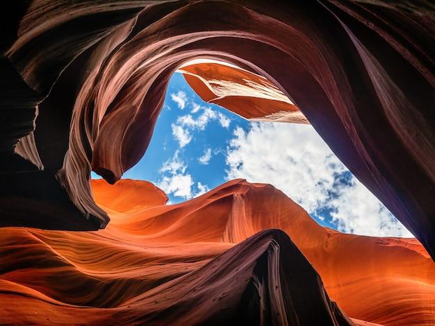 アメリカのアリゾナ州のアンテロープキャニオンのライトと岩の美しいショット
