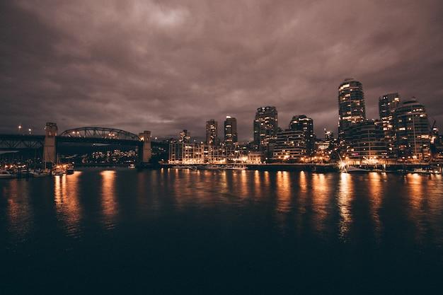 Красивый снимок города и реки ночью