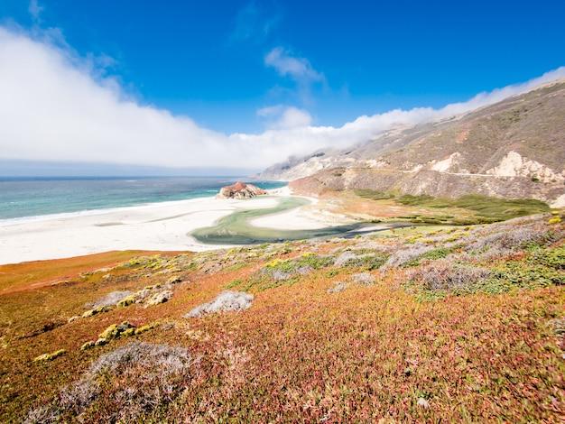 澄んだ青い空の背景に米国カリフォルニア州ビッグサーの海岸線の美しいショット