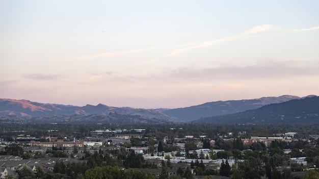 曇り空の下で山の近くのカリフォルニア州ダブリンの建物の美しいショット